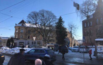 У Львові через нерозчищені узбіччя водіям ніде паркуватись. Фото: Dmytro Huryn