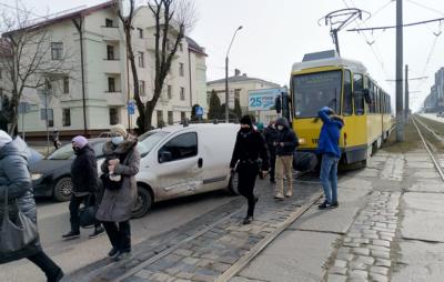 У Львові трамвай протаранив авто. Фото: Leopolis.news