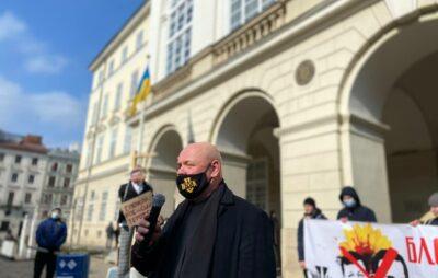У Львові біля міської ради «повісили» Тараса Козака. Фото: Нацполіція