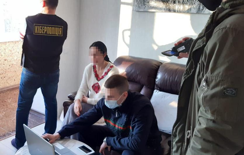 У Львові жінка продавала власні порнографічні фото та відео. Фото: Нацполіція.