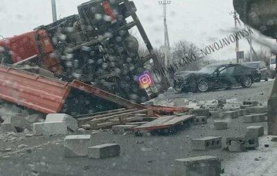 У Яворові перекинулась вантажівка. Фото: Підслухано Новояворівськ.