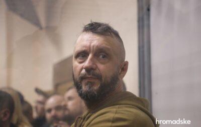 У Києві активісти блокують вивезення Андрія Антоненка до СІЗО. Фото: Громадське