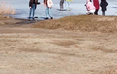 У Новояворівську діти ходять по кризі озера. Фото: Наталiя Стричак