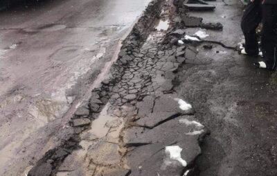 У Куликові вантажівка пошкодила тротуар. Фото: Дмитро Старчак