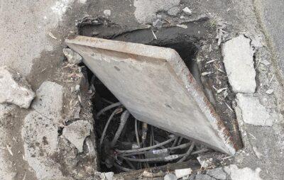 У Львові людина провалилась у люк. Фото: Максим Бучек