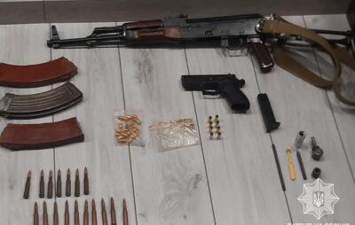 У Сокільниках поліцейські вилучили арсенал зброї. Фото: Патрульна поліція Львівської області