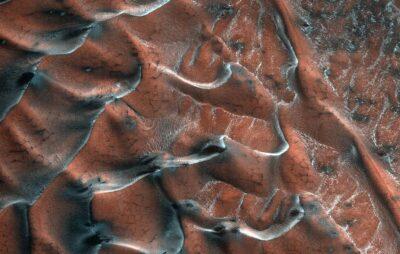 NASA показало «заморожені» дюни на Марсі