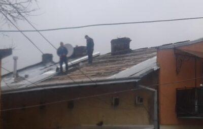 У Львові крадуть покриття даху. Фото: Андрій Турка