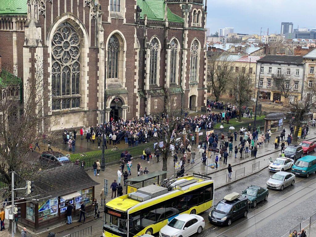 Львів'яни масово освячують вербу. Фото: Dmytro Barabash