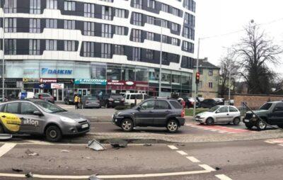 У Львові автомобіль влетів у острівець безпеки