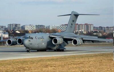 У Львові приземлився військовий літак з Канади. Фото: Назар Приходько