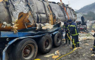 У Львівській області перекинулась вантажівка. Фото: ДСНС