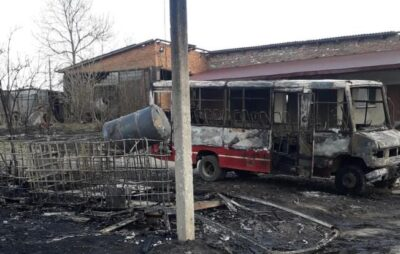 На Львівщині встановлюють причини пожежі, внаслідок якої згоріли три автобуси. Фото: Нацполіція
