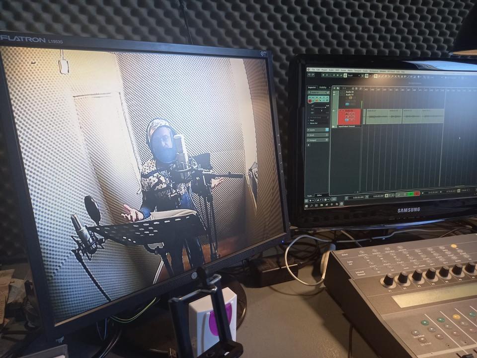 """На фото – перший день роботи над фільмом. За мікрофоном на студії ZAВАVA records """"піккардієць"""" Славко Нудик Фото: фото з фейсбук-сторінки Романа Метельського"""