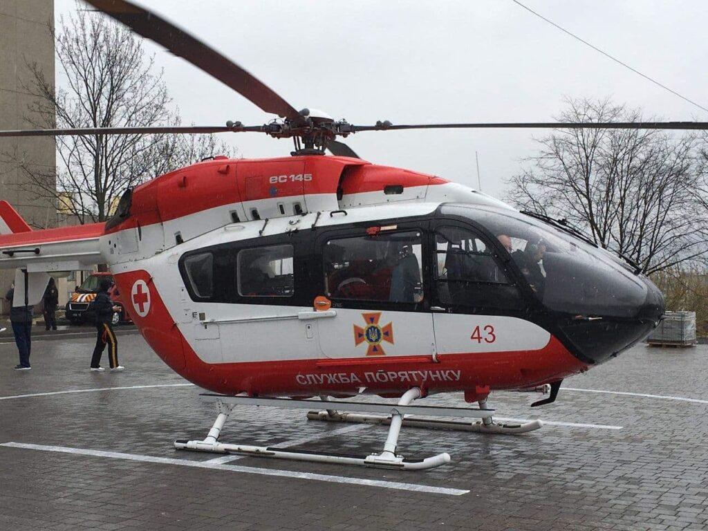У Львові ще одного пацієнта гелікоптером доправили до лікарні швидкої допомоги. Фото: ДСНС