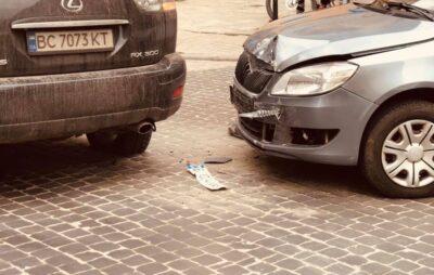 У Львові водійка Lexus протаранила автомобіль. Фото: Роман Гунда