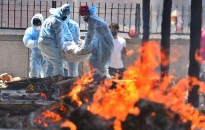 Індія спалює тіла інфікованих COVID-19 прямо на вулиці. Фото: GETTY IMAGES