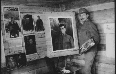 """Фото з фейсбук-сторінки """"Альбом """"Осип Курилас"""". На фото – Осип Курилас малює портрет Гриця Коссака"""