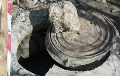 У Львові сміттєвоз розтрощив люк. Фото: Svitlana Korolchuk