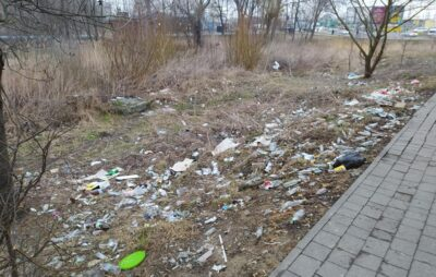 У Львові зупинка громадського транспорту потопає у недопалках. Фото: Оксана Ткач