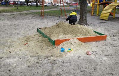 У Львові на дитячий майданчик привезли пісок з сіллю. Фото: Ляна Каплиш