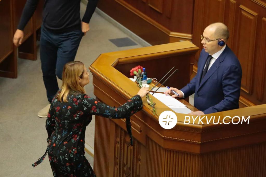 Степанову в залі Ради передали поховальні квіти від родичів померлого від COVID-19. Фото: Букви