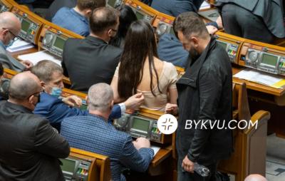 """""""Слуга"""" Демченко у залі парламенту грався застібкою від сукні депутатки Янченко. Фото: Букви"""