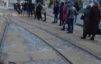 У Львові вишикулась черга на кінцевій зупинція трамваїв. Фото: Варта1