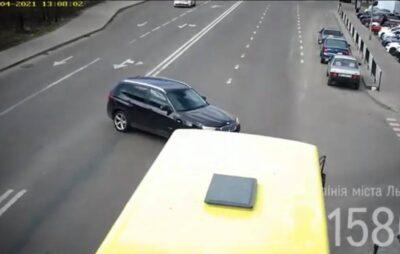 У Львові автомобіль BMW зіткнувся з пасажирським автобусом. Фото: скриншот