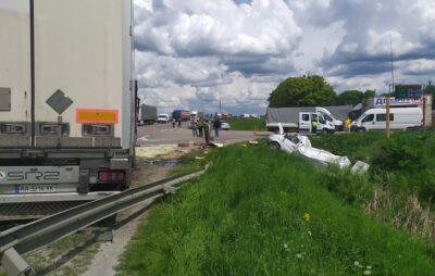 На Львівщині вантажівки розчавили мікроавтобус. Фото: Буськ Онлайн