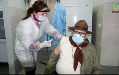 На Закарпатті вакцинували ветерана скаутського рухуТиберія Фелдеші. Фото: МОЗ