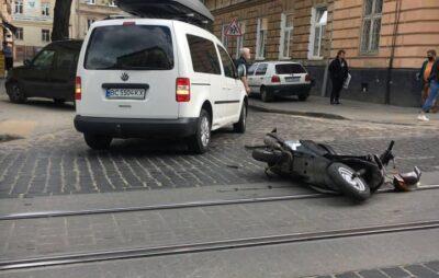 У Львові автомобіль збив кур'єра Glovo. Фото: Ігор Зінкевич