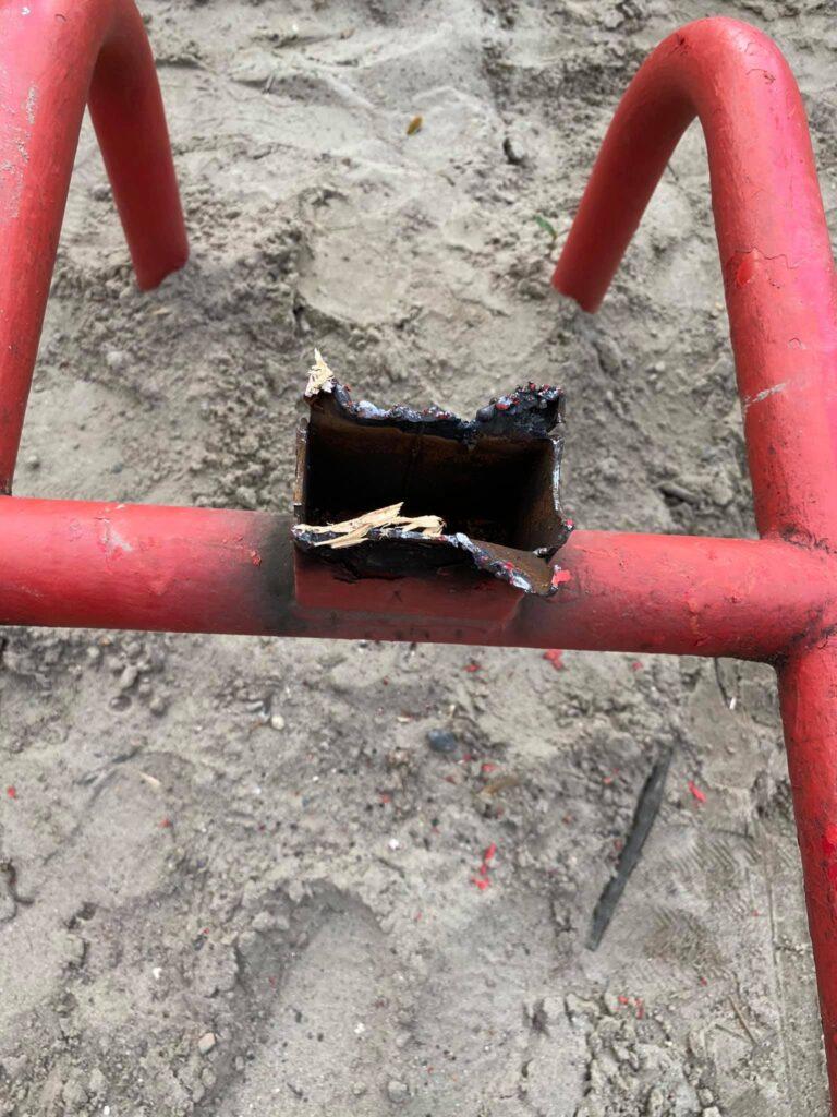 У парку Франка міста Львова попереджають про небезпечний дитячий майданчик. Фото: Сергій Подолинний