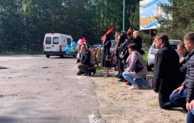 На Рівненщині люди на колінах зустрічали прах загиблого на Донбасі молодого військового. Фото: Рівне1