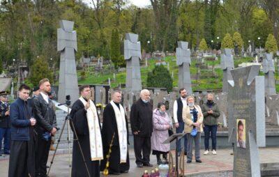 На Личаківському кладовищі вшанували пам'ять загиблих Героїв. Фото: ЛМР
