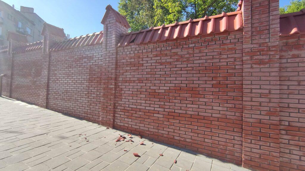 У Львові може завалити паркан лікарні. Фото: Vika Tihenko