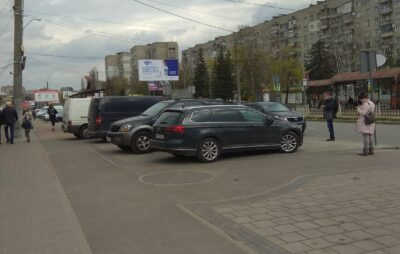 У Львові паркують автомобілі на переїзді для велосипедистів. Фото: Андрій Згоба