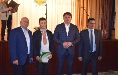 У Яворові нагородили кращих учнів та вчителів. Фото: Яворівська районна рада