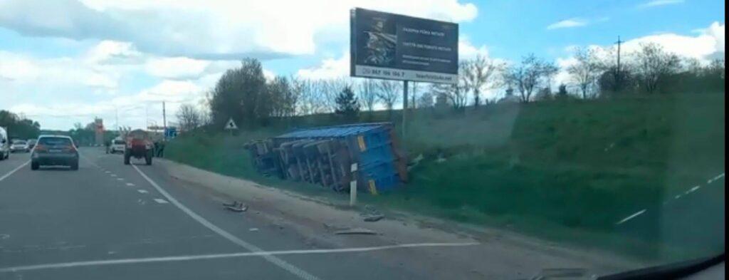 На об'їзній дорозі Львова перекинулася вантажівка. Фото: скриншот