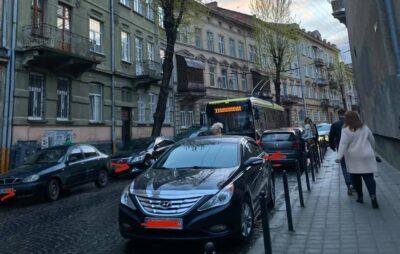 У Львові припарковані автомобілі блокують рух тролейбусів. Фото: Ірина Войтович