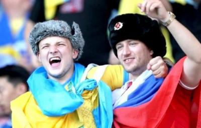 Українські вболівальники під час матчу зі Швецією провчили російського провокатора