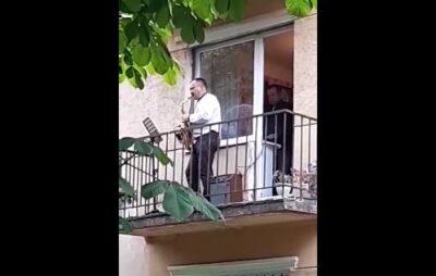 На Львівщині віртуоз-музикант виконав на балконі відомий український хіт