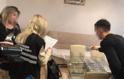 У Львові затримали лікарку під час одержання хабара у 8 тисяч доларів США. Фото: Нацполіція