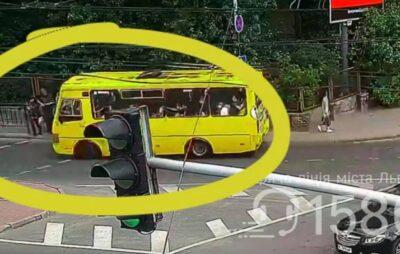 У Львові маршрутка збила пішохода. Фото: скриншот