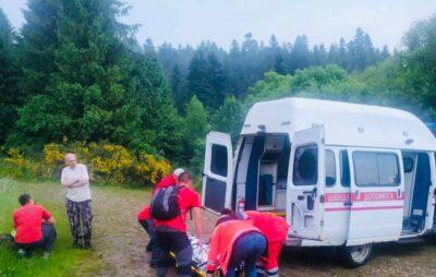 На Львівщині чоловіки допомогли чоловіку спуститись з гори Парашка. Фото: ДСНС