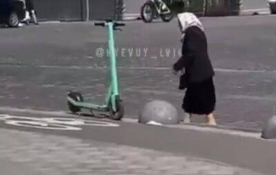 У Львові бабця після невдалої спроби покататися, почала трощити електросамокати. Фото: скриншот