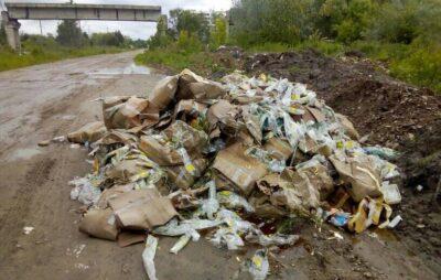 У Львові просто неба викинули зіпсовану продукцію з супермаркету. Фото: Anton Stetsko