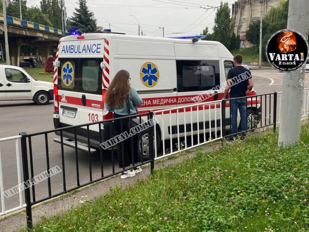 У Львові водій скутера без прав та документів збив дівчину. Фото: Варта1.