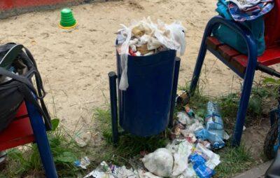 У Львові дитячий майданчик потопає у смітті. Фото: Галина Тетерко