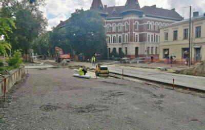 У Львові на вулиці Степана Бандери зрізають останні дерева. Фото: Юрій Коберник